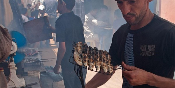 essaouira-marchand-poisson-grillé-925x465